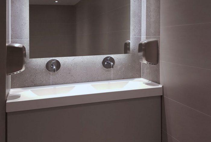 HUG-Gäste WC mit hinterleuchtetem Spiegel
