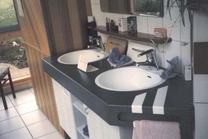 Waschtisch mit eingelegten Steifen