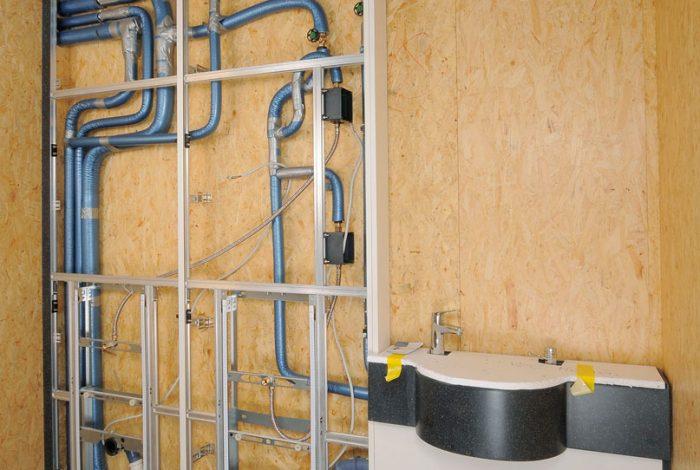 Rohrleitungsverlegung mit Isolierung für Urinalanlage