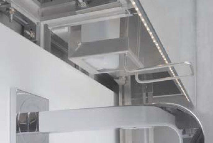 Spiegel mit LED Beleuchtung, verdecktliegender Seifen- und Handtuchspender