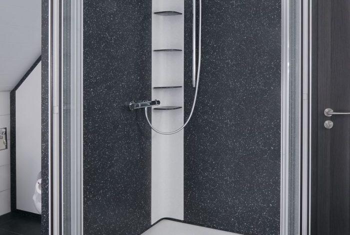 Duschglastüren nach aussen geöffnet