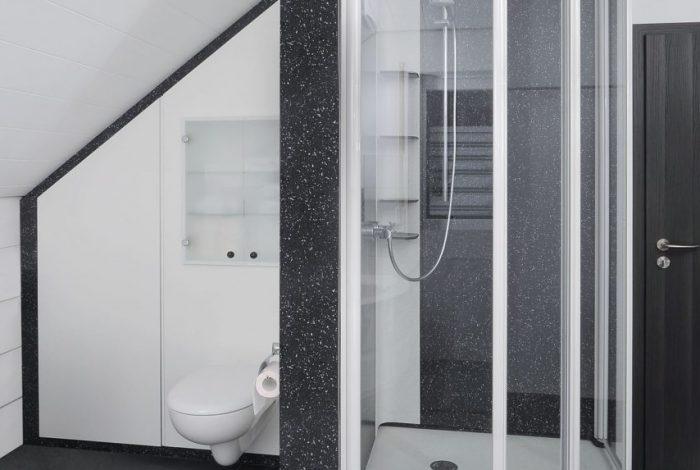 Freistehendes Duschmodul mit dahinter befindlicher WC / Stauraumanlage