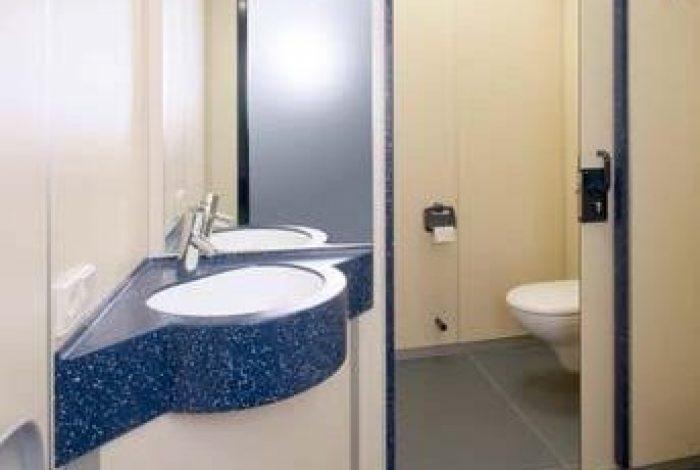 Eckwaschtisch Creanit, WC Anlage durch Schiebetüre verschliesbar