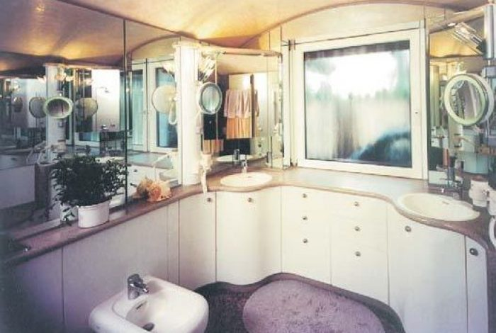 Waschtischanlage mit Wandspiegel und Unterschränke
