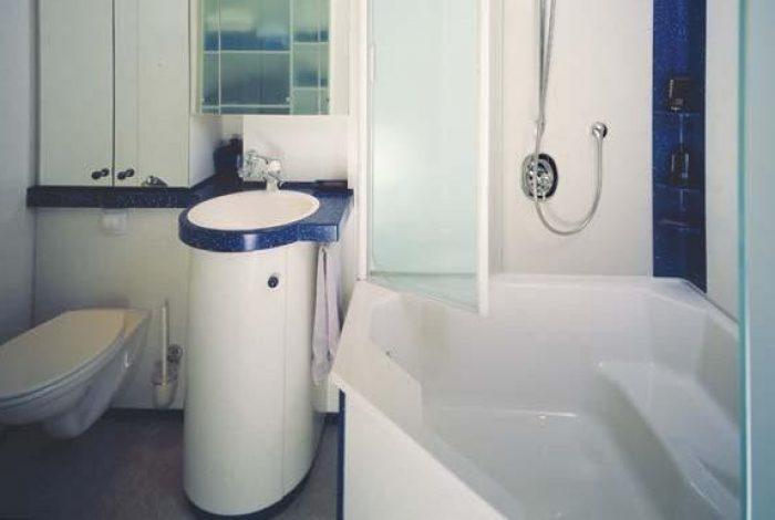 Eckbadewanne mit großzügiger Dusch-Stehfläche