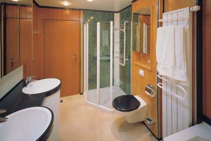 Duschanlage mit Großflächen – Naturstein