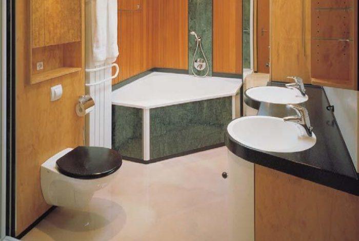 Badewanne mit Naturstein Verkleidung und Feuchtpaneel