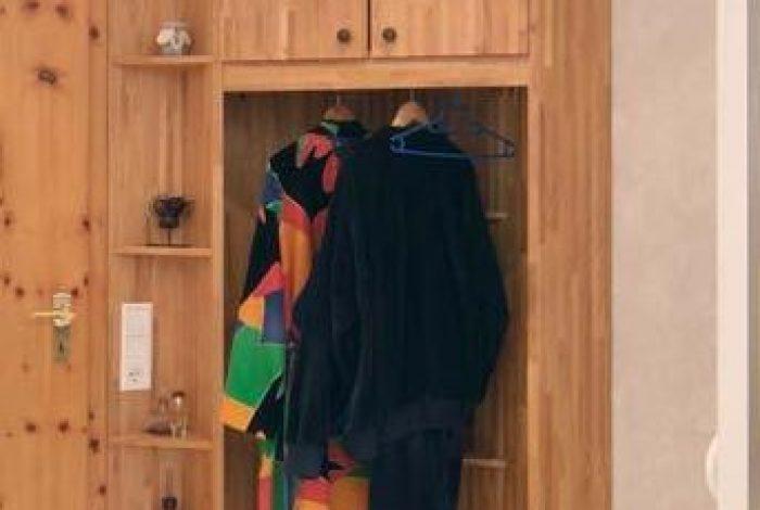 Massivholzschrank mit Garderobennische
