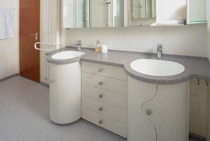 Waschtisch, Spiegelschrank und Heizkörper mit Badetuchhalter