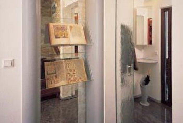 Attraktive Präsentationsmöglichkeiten für antike Bücher, Schiebetüre, Garderobe, Natursteinboden