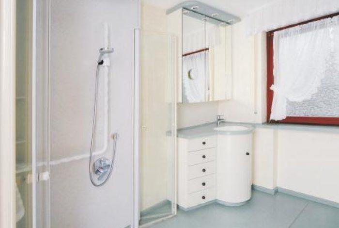Duschglastüre nach aussen geöffnet
