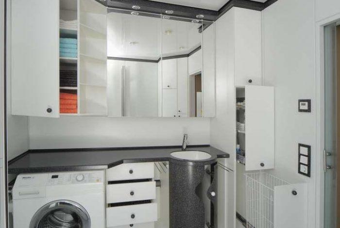 Geöffnet was zu öffnen ist, integrierte Waschmaschine, geschlossener Spiegelschrank
