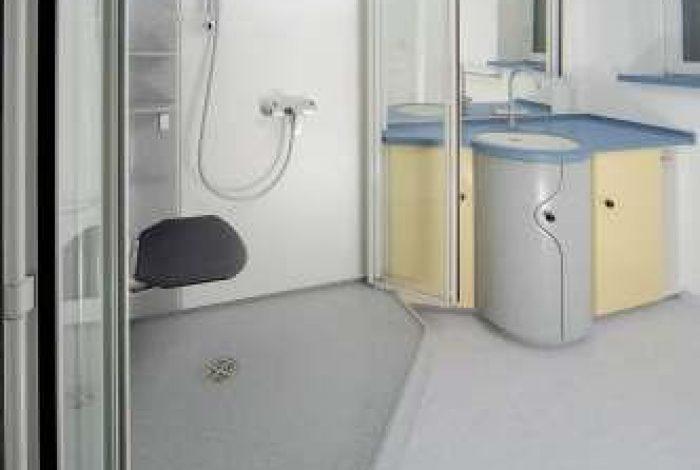Bilck ins Bad mit teils nach aussen geöffneten Duschglastüren