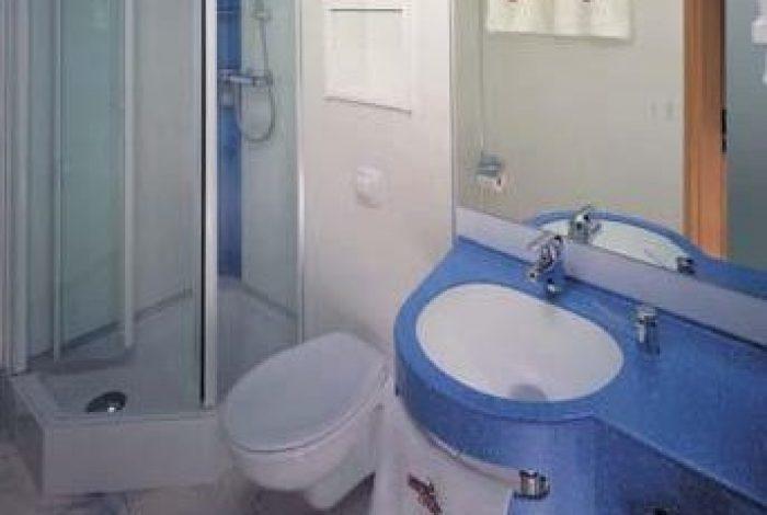Gästezimmer mit DU und  minimaler Ausstattung