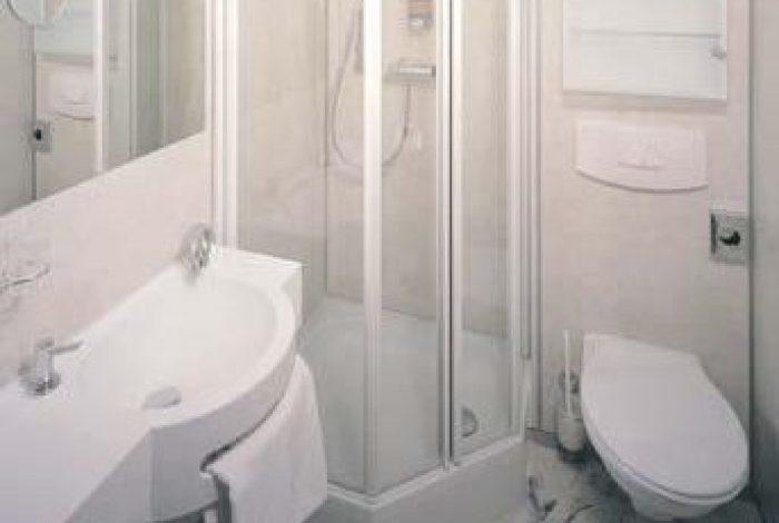 Gästezimmer mit DU geschl. Duschglastüre und  minimaler Ausstattung