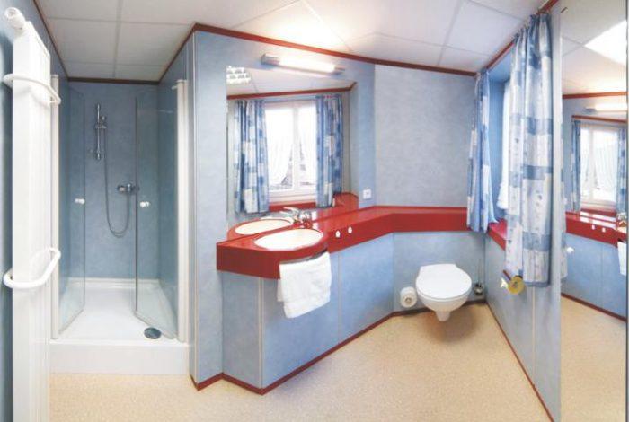 In einem Raum 2 Bäder für 2 Doppelzimmer in unterschiedlicher Optik