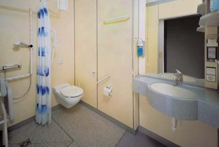 Bad mit bodenbündiger Duschwanne im Paliativzimmer