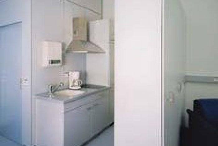 Küche und Schrankanlage im Paliativzimmer