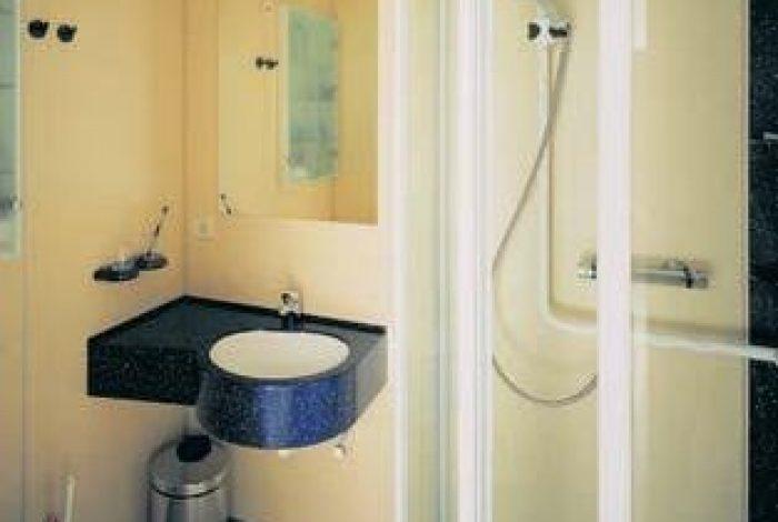 Badanlage mit Waschtisch und WC für Patientenzimmer
