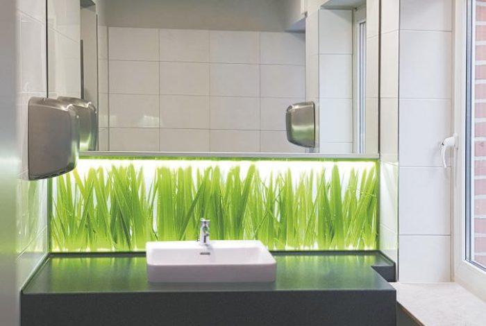 Einzel – Gäste Waschtisch mit beleuchteter Nischenrückwand und Spiegel sowie Fensteranpassung