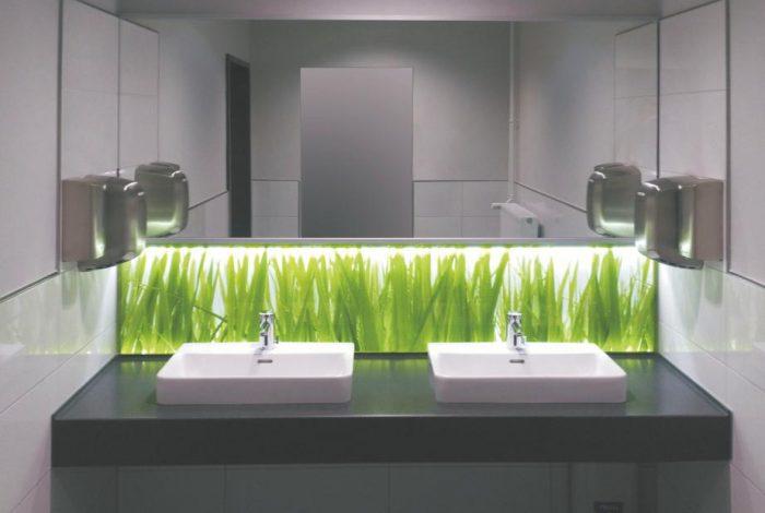 Doppel-GästeWaschtischanlage mit beleuchteter Nischenrückwand und Spiegel