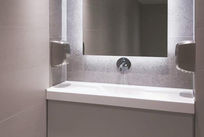 Gäste WC Einzel – Waschtisch und LED hinterleuchteter Wandspiegel