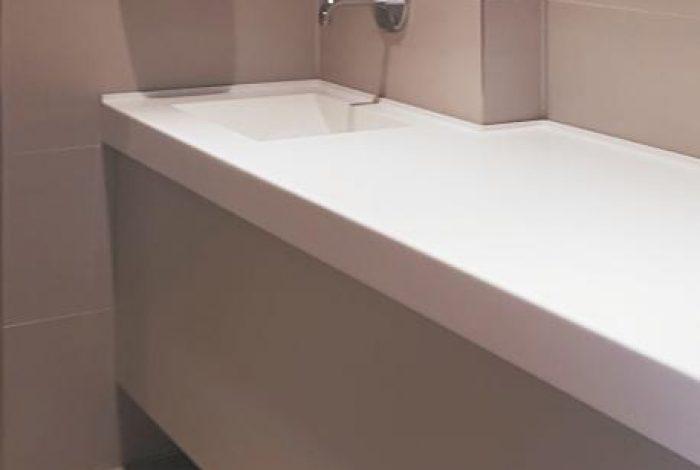 Wickeltischanlage mit fugenlos integriertem Waschbecken