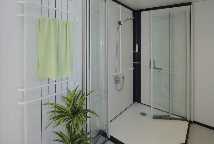 Duschkabine mit offenen Duschglastüren