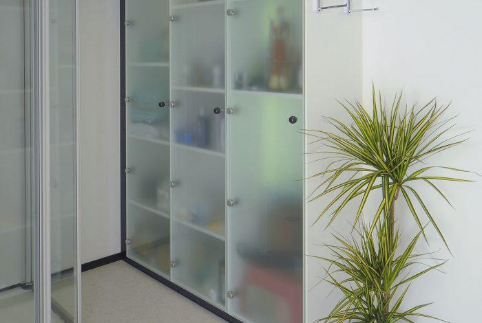 Einbauschrank beleuchtet und Garderobenhalter für Bademäntel etc.