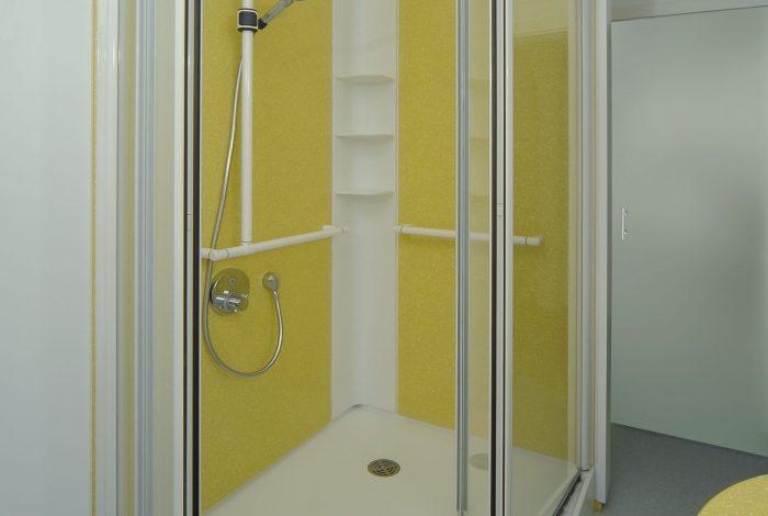 Darstellung mit flexibel zu öffnenden Duschglastüren