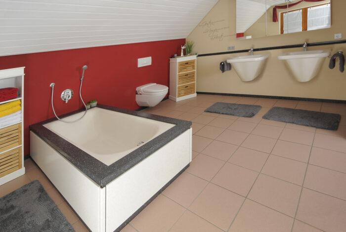 Verkleidete Badewanne mit Waschbecken und Spiegelschrank
