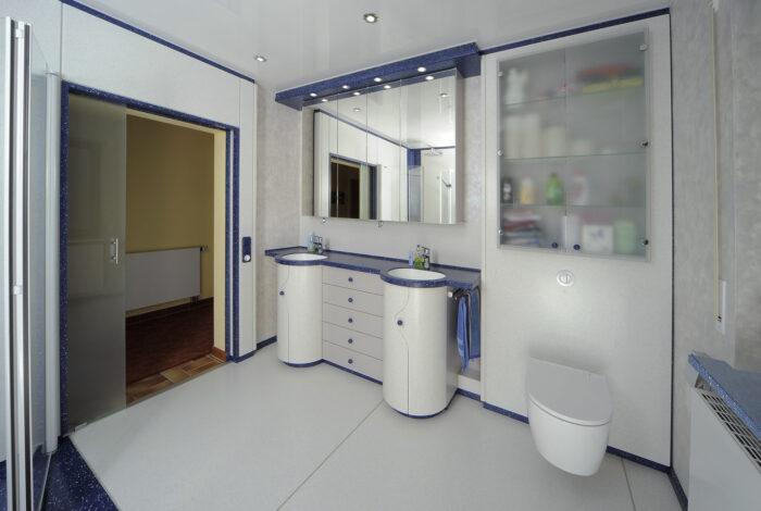 Geöffnete Schiebetüre, Waschtisch und WC Modul