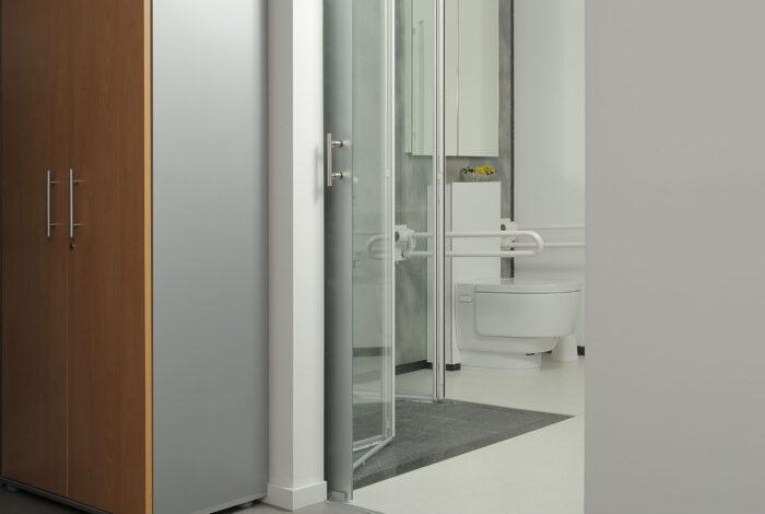 Rollstuhlfähiger Eingang zum Bad über den offenen Arbeitsbereich