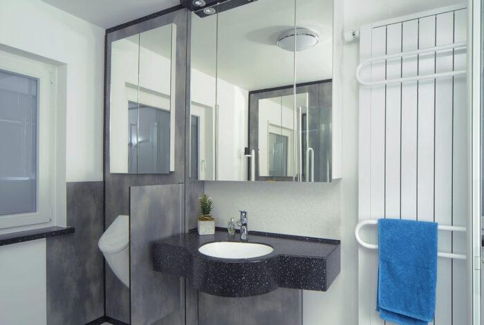 Urinal, Spritzschutz, Spiegelschränke, Waschtisch und Heizkörper