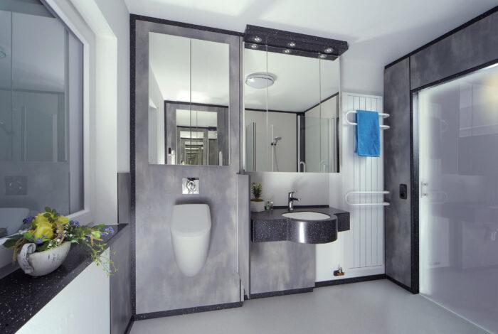 Urinal, Waschtisch und geschlossene Schiebetüre