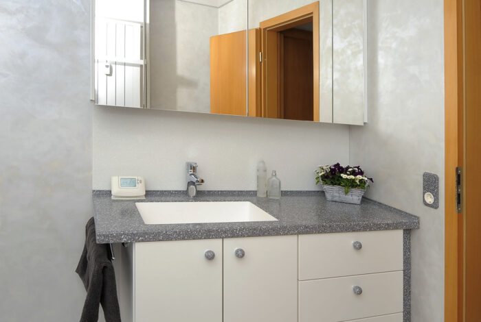 Waschtischanlage mit Unter- und Spiegelschrank